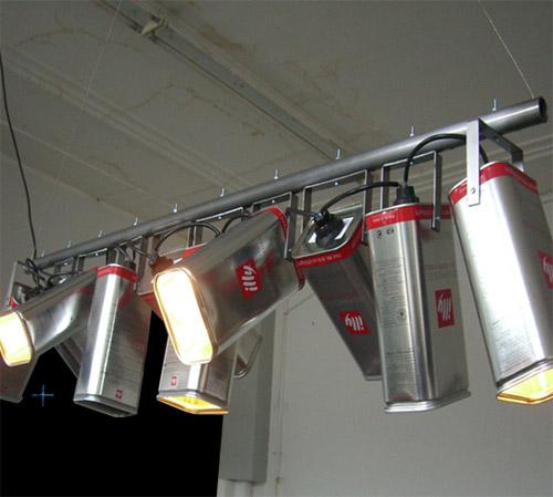 8017744 a8d28977c3 o Luminária com latas de café