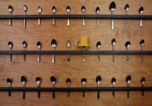 9744397 7da835bb4c o Estante para canecas feita com colheres