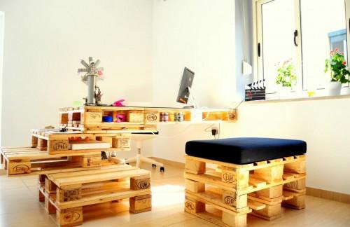 palete escritorio 1 Escritório com móveis de páletes e blocos de cimento