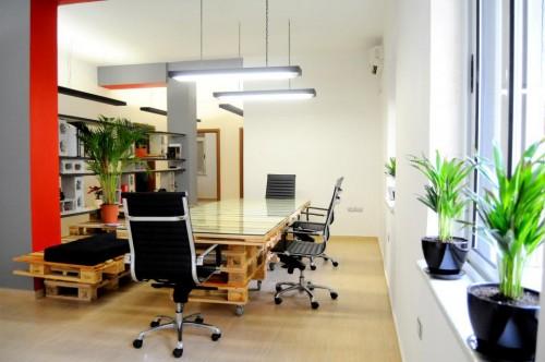palete escritorio 2 Escritório com móveis de páletes e blocos de cimento