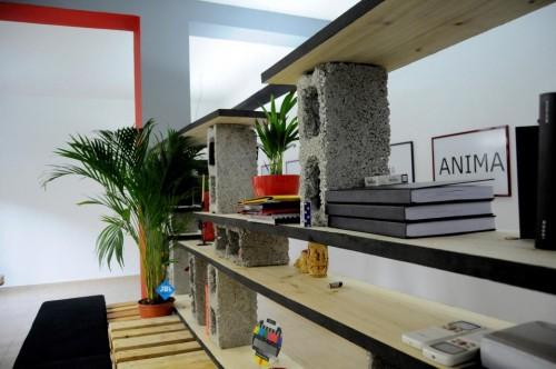 palete escritorio 3 Escritório com móveis de páletes e blocos de cimento