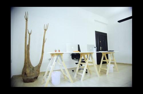 palete escritorio 5 Escritório com móveis de páletes e blocos de cimento