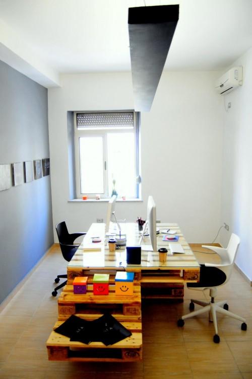 palete escritorio 8 Escritório com móveis de páletes e blocos de cimento