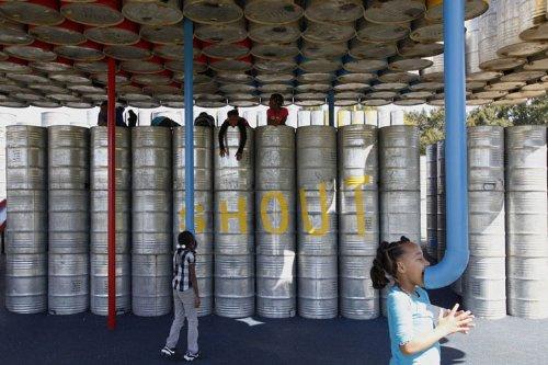 parquinho toneis 10 Um parquinho para crianças construído com tonéis usados