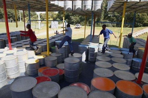 parquinho toneis 11 Um parquinho para crianças construído com tonéis usados