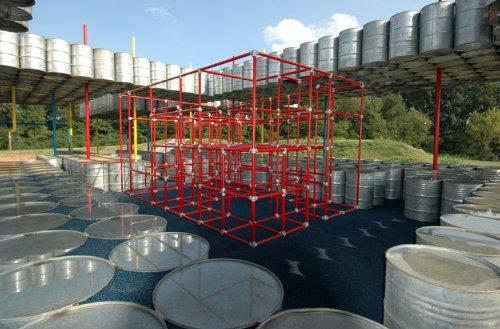 parquinho toneis 2 Um parquinho para crianças construído com tonéis usados