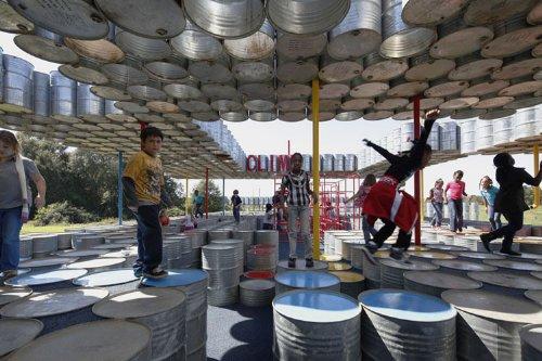 parquinho toneis 5 Um parquinho para crianças construído com tonéis usados