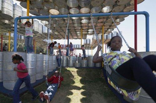 parquinho toneis 6 Um parquinho para crianças construído com tonéis usados