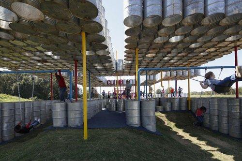 parquinho toneis 7 Um parquinho para crianças construído com tonéis usados