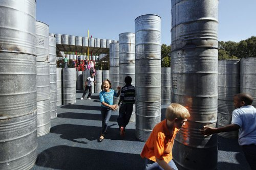 parquinho toneis 9 Um parquinho para crianças construído com tonéis usados