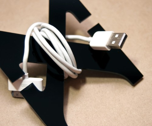 13 variable cable organizer 500x415 26 ideias para organizar os cabos do escritório
